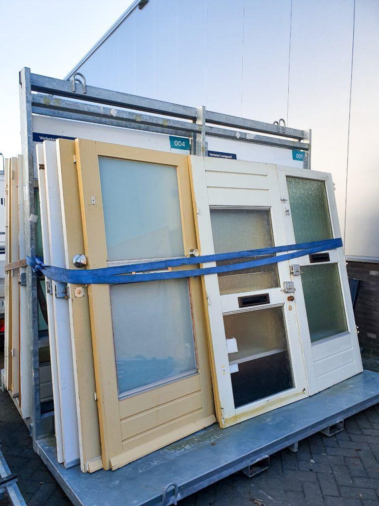 Oude voordeuren weer inzetten als nieuw bruikbaar kozijnhout voor onze projecten